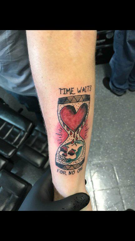 纹身沙漏  男生手臂上彩绘的沙漏纹身图片