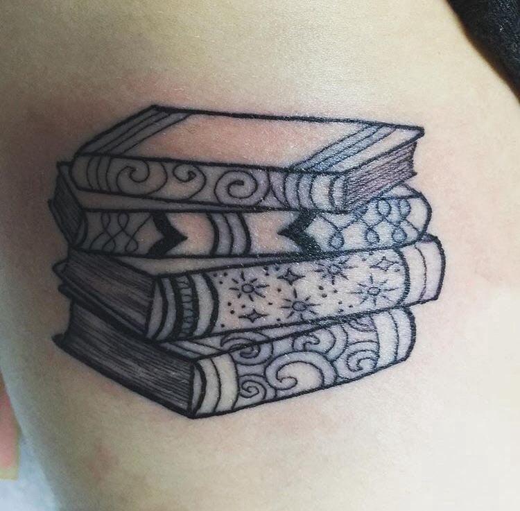 纹身书籍 女生大腿上黑色的书籍纹身图片