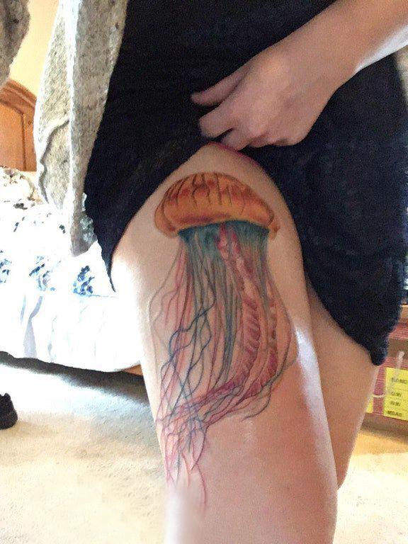 水母纹身图案 女生大腿上彩色的水母纹身图片