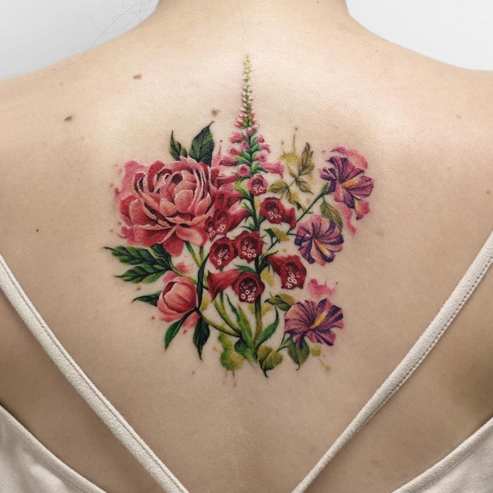 纹身后背女 女生后背上娇艳的鲜花纹身图片