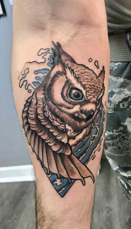 纹身猫头鹰 男生手臂上浪花和猫头鹰纹身图片