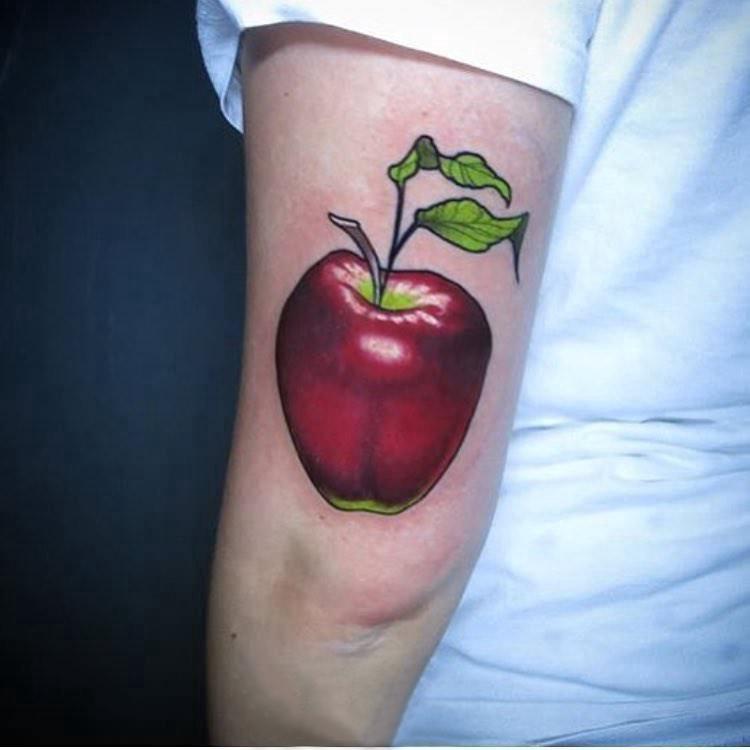 纹身食物 男生手臂上彩色的苹果纹身图片