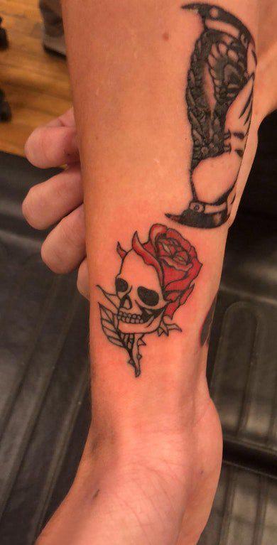 纹身小巧 男生小腿上玫瑰和骷髅纹身图片