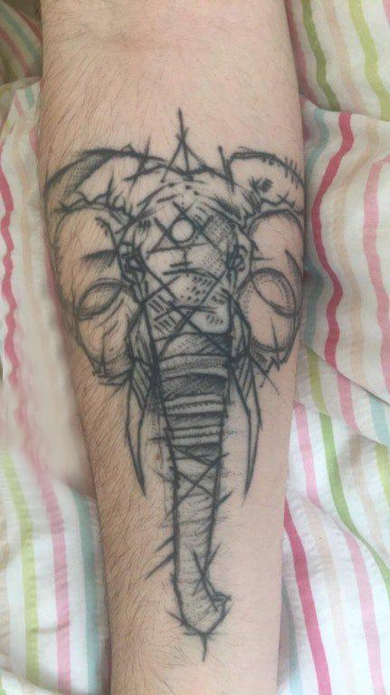 小动物纹身 男生手臂上黑色的大象纹身图片