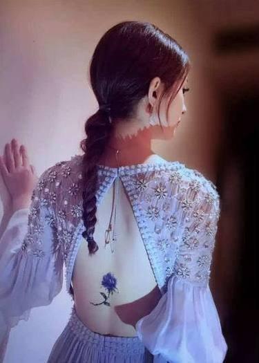赵丽颖的纹身  明星后背上唯美的花朵纹身图片