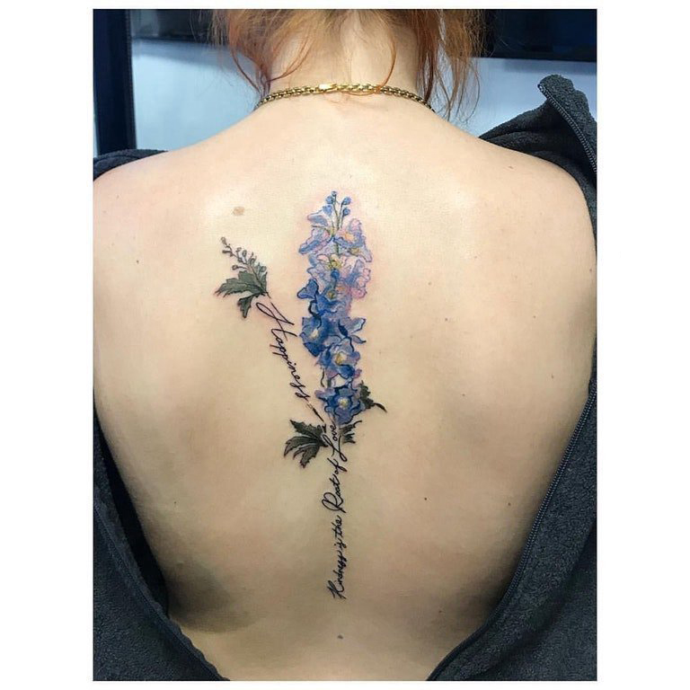 植物纹身 女生后背上英文和花朵纹身图片