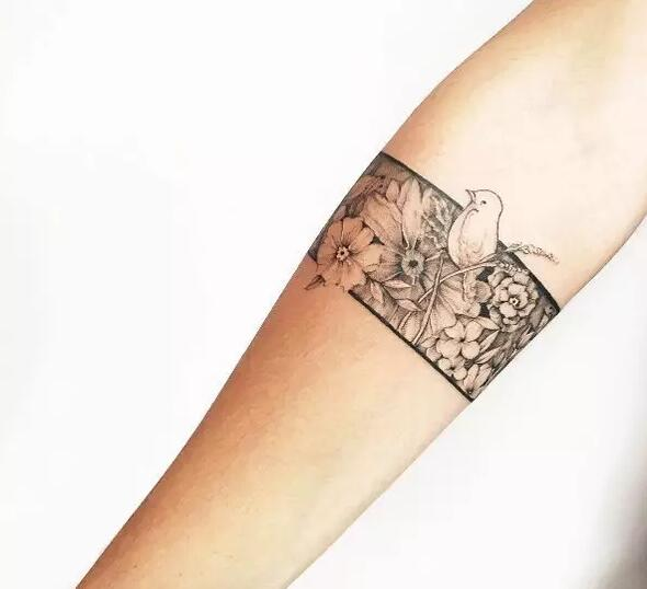 臂环纹身个性却不张扬