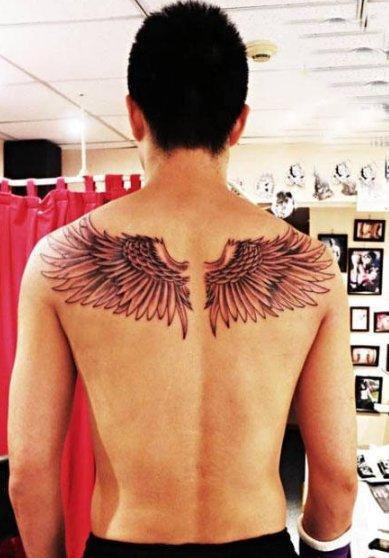 明星纹身  明星后背上黑灰的翅膀纹身图片