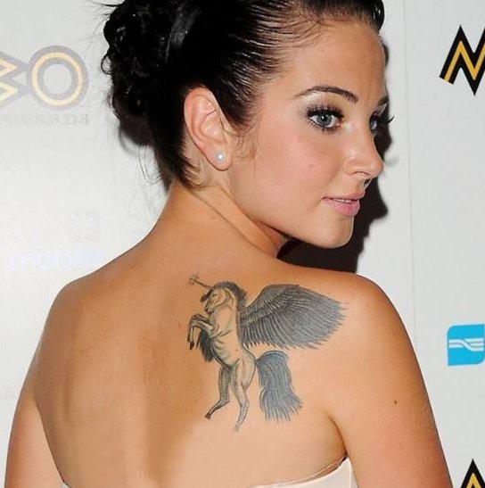 明星纹身  明星后背上黑灰色的独角兽纹身图片