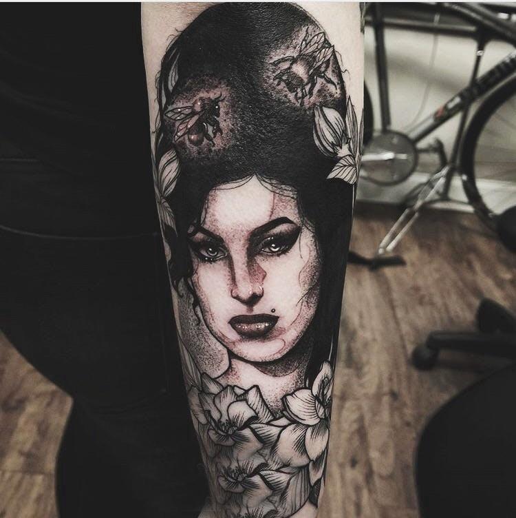 手臂纹身素材 男生手臂上花卉和女生人物纹身图片