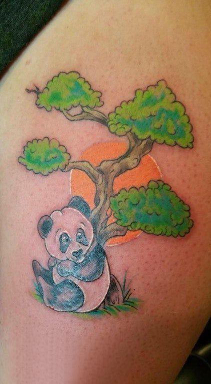 熊猫纹身图 女生大腿上大树和熊猫纹身图片