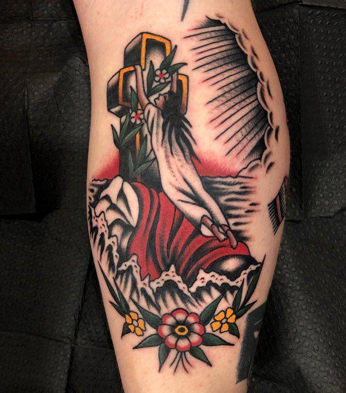 十字架纹身图  女生小腿上植物和十字架纹身图片