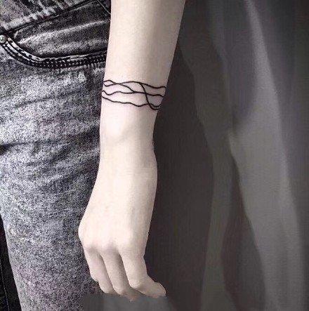 手臂纹身图案-黑丝线条缠绕在手上的手环纹身图片