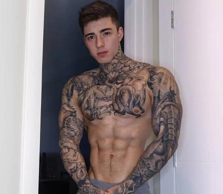 欧美的一组纹身肌肉型男帅哥图片