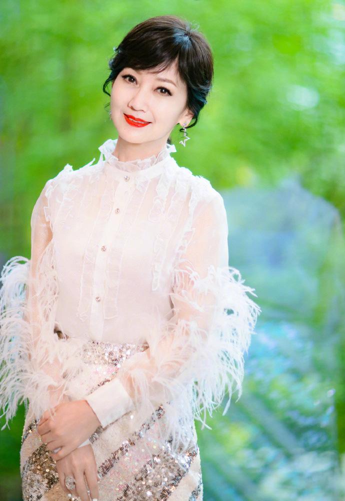 赵雅芝蕾丝配亮片裙性感气质写真