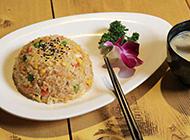 精致的日式料理海鲜炒饭图片