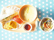 三明治和玉米浓汤的营养早餐