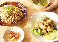 芳香四溢的懒人炒饭搭配炸鸡和味增汤