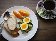 面包鸡蛋加水果营养早餐美食