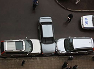 搞笑雷人汽车图片之两面夹击