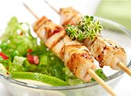 自制烧烤肉串和蔬菜沙拉高清摄影图片