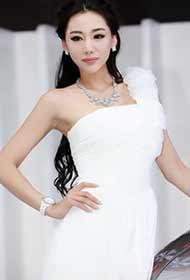清纯白色长裙美摸金美辛迷人车展