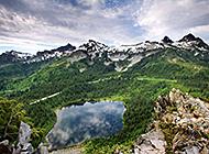 依山伴水宁静自然的风景图片