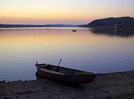 黄昏湖畔迷人风景高清图片