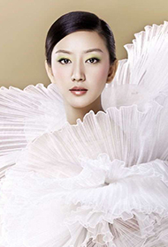 唐一菲时尚婚纱照散发致命性感魅力