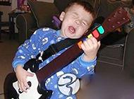 搞笑儿童图片之神情投入的吉他手