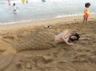 """海滩里沉睡的""""美人鱼"""""""