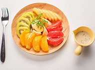 香蕉奇异果甜美多肉的水果拼盘
