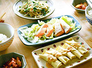 简单午餐豆芽炒韭菜煎鲑鱼豆腐皮肉卷