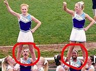 这两个女孩的表情真是亮了