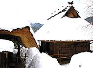 屹立在白雪海洋中的山间小屋