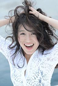 苏青白裙搭配甜美笑容温暖人心