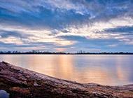 精美山脉湖畔高清风景壁纸
