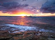 异常美丽的海边落日风景图片