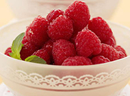 酸甜可口的树莓水果特写图片