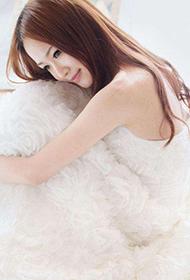 唯美漂亮少女白色婚纱人体写真