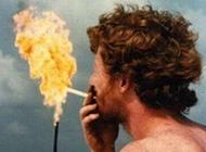 恶搞男人图片之史上最牛的点烟
