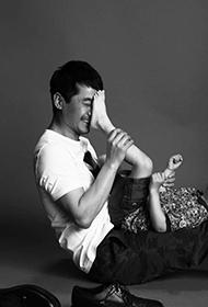 郭晓冬与爱子甜蜜温馨黑白亲子照