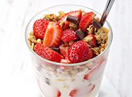 酸甜营养的健康草莓奶昔早餐图片
