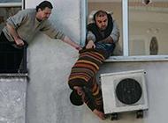 搞笑雷人图片之空调维修工
