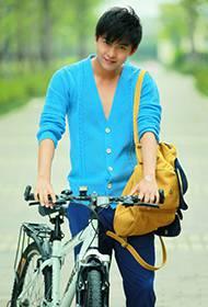 内地男演员李佳航携自行车拍摄户外写真