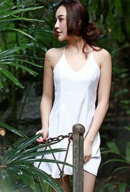美腿美女白色连衣裙甜美写真