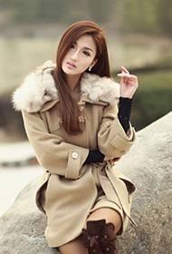 长发美女温暖冬日迷人户外照