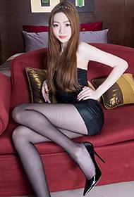 性感俏女郎Joanna短裙丝袜秀纤细美腿