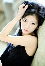 优雅熟女黑色吊带清新风格写真