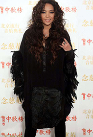 女歌手张惠妹时尚装扮迷人组图